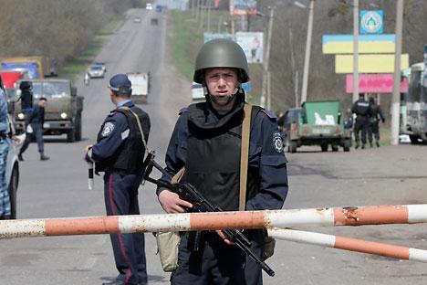Reportaje desde Izium, en el este Ucrania, donde los soldados que participan en la 'operación antiterrorista' de gobierno narran su experiencia. Fuente: AP