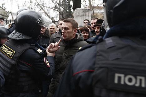 El opositor ruso Alexéi Navalni habla con la policía duranta una manifestación de protesta en la plaza Bolótnaya de Moscú. Fuente: photoshot / vostock photo