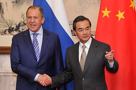 Ministro de asuntos exteriores ruso Serguéi Lavrov con su homólogo chino Wang Yi. Fuente: Reuters