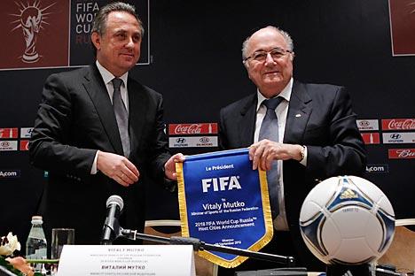 Joseph Blatter, presidente da Fifa, ao lado do ministro dos Esportes russo, Vitali Mutkó (à esq.) Foto: Reuters / Vostock-Photo