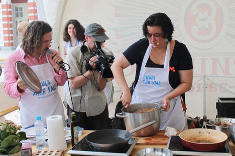Un chef y varios maestros de cocina prepararon en un parque de Moscú platos basados en novelas y en lo que comían famosos escritores. Fuente: María Afónina