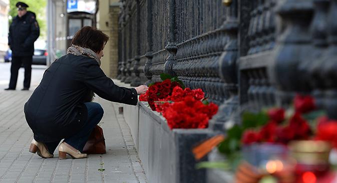Pesantes depositan flores en la embajada de Ucrania en Moscú, en recuerdo de los muertos en los enfrentamientos. Fuente: Maxim Blinov / RIA Novosti.
