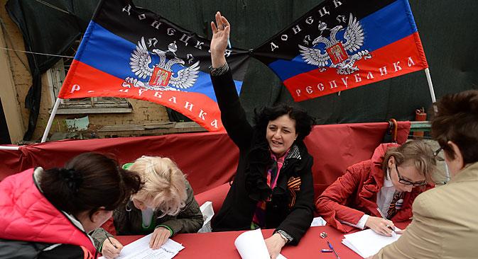 Mesa de votación en Donetsk durante el referéndum celebrado el 11 de mayo. Fuente: Maksim Blinov / Ria Novosti