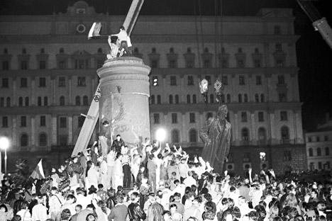 En 1958 se instaló una estatua del fundador de la Cheka, Felix  Dzerzhinski. Durante décadas fue símbolo del sistema represivo soviético. En 1991, año de la caída de la URSS el alcalde de Moscú ordenó su retirada, que tuvo lugar el 2 de agosto de ese año. Fuente: ITAR-TASS