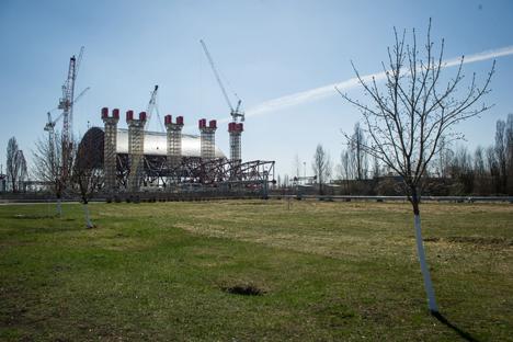 Construcción del sarcófago en el reactor número 4 de la central nuclear de Chernóbil. Fuente: Ria Novosti