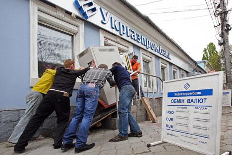 Ya no hay entidades ucranianas y las rusas temen las sanciones. Mientras las autoridades aseguran que la situación se resolverá, la vida se hace con dinero en metálico. Fuente: Tarás Litvinenko /  Ria Novosti