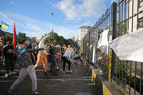 El ataque a la embajada rusa en Kiev. Fuente: Reuters