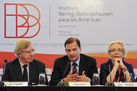 De izquierda a derecha: Danilo Astori, Sergey Brilev y Tatiana Valovaia durante la conferencia celebrada en Montevideo. Fuente: Diego Battiste