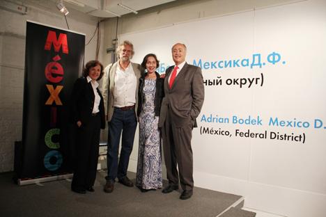 Adrián Bodek junto a Rubén Beltrán (a la derecha), embajador mexicano en Rusia, en la inauguración de la exposición. Fuente: Román Kiselev