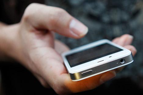 Los usuarios de smartphones iPhone aportan más ingresos a los operadores de telefonía móvil. Fuente: Reuters / Vostock Photo