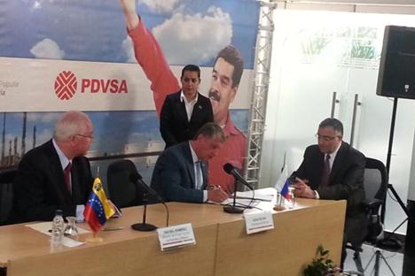Ígor Sechin, presidente de Rosneft, y Rafael Ramírez, ministro de Petróleo y Minería de Venezuela y presidente de PDVSA, firmaron los acuerdos entre ambas naciones. Fuente: cortesía de Petróleos de Venezuela