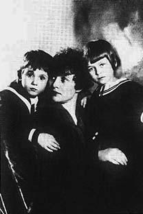 Zinaida Reich con sus hijos y los de Esenin, Konstantín Esenin y Tatiana Esenina. Foto libre de derechos