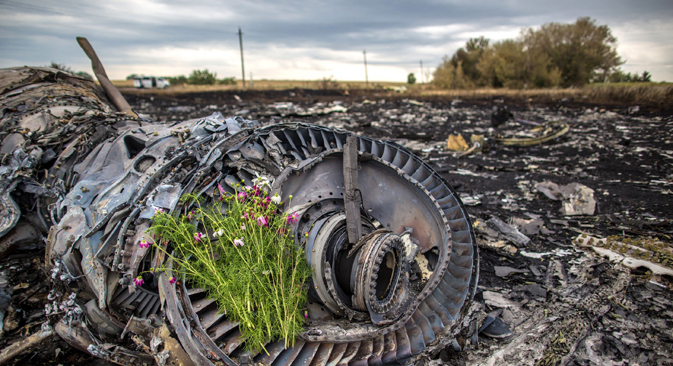 Flowers on the engine of the Malaysian Boeing 777 airliner that crashed near the city of Shakhtyorsk in the Donetsk Region. Source: Andrei Stenin / RIA Novosti