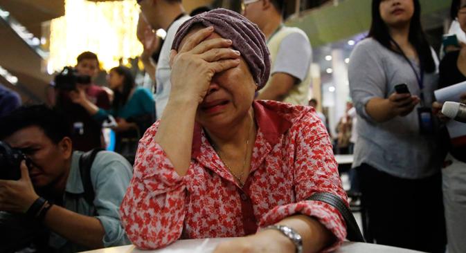 Una mujer llora en el aeropuerto internacional de Kuala Lumpur mientras espera más información acerca de las víctimas del avión siniestrado. Fuente: Reuters
