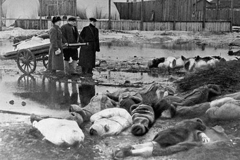 Durante el mes de enero de 1942 murieron en Leningrado 96.751 personas. Fuente: wikipedia
