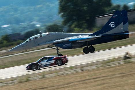 El pasado fin de semana tuvo lugar en las afueras de Moscú Forsazh-2014.Un espectáculo en el que Ferraris compiten contra cazas Su-30. Fuente: Ria Novosti