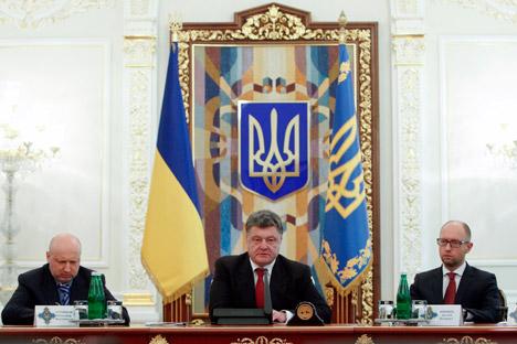 El presidente de Ucrania, Petró Poroshenko (en el centro), junto al primer ministro Arseni Yatseniuk (a la derecha) y Oleksander Turchínov, portavoz del Parlamento (a la izquierda). Fuente: Reuters