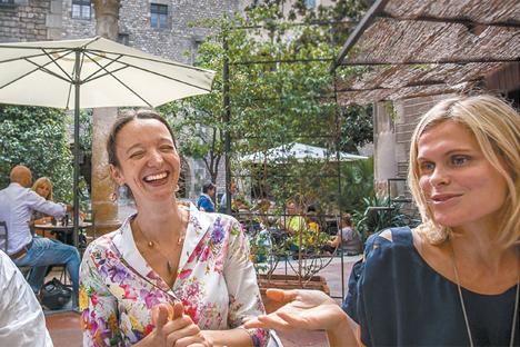 Katia Kafiónova (a la izquierda), creadora de la plataforma bebedigital.com, y Tatiana Kúrochkina, directora de una galería que lleva su nombre en Barcelona. Fuente: Tomas Bella