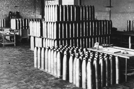 Alemania declaró la guerra al Imperio ruso el 1 de agosto de 1914. Se estima que unos dos millones de soldados rusos murieron en combate, mientras que las pérdidas totales fueron de alrededor de 3,5 millones // Un taller de fabricación de obuses, Francia, 1916.