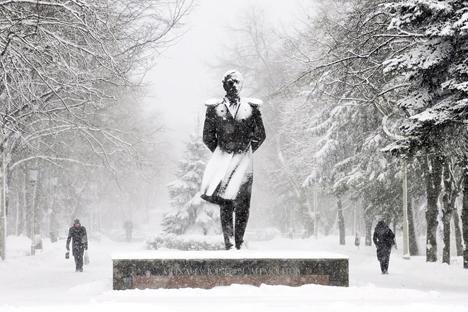 Paseantes frente a la escultura del escritor ruso Mijaíl Lérmontov, durante una fuerte nevada en la ciudad rusa de Stávropol. Fuente: AFP / East News