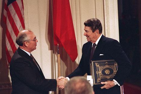 Mijaíl Gorbachov y Ronald Reagan firmaron el Tratado sobre misiles de largo y medio alcance en 1987.Fuente: AP
