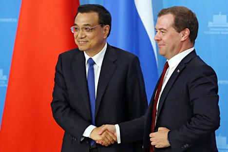 El primer ministro ruso Dmitri Medvédev con su homólogo chino, Li Kequiang, antes de la rueda de prensa conjunta que ofrecieron el Moscú el pasado lunes, 13 de octubre. Fuente: AP