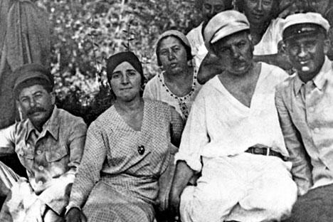 Stalin, su mujer Nadezhda Alliúyeva, K.E. Voroshilov descansando a principios de los años 20. Foto: Archivo personal de E. Kovalenko. Fuente: Ria Novosti