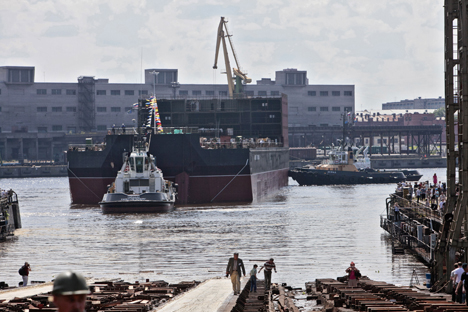 La contrucción de la primera central flotante, Académico Lomonósov, en San Petersburgo. Fuente: Ria Novosti