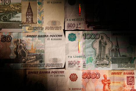 Tras un anuncio de Bloomberg sobre la posible intervención del Banco Central en la venta de dólares, la moneda rusa cayó a un mínimo histórico contra la estadounidense. Fuente: Reuters