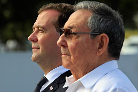 Primeiro-ministro russo, Dmítri Medvedev (esq.) e Raúl Castro (dir.) Foto: Reuters