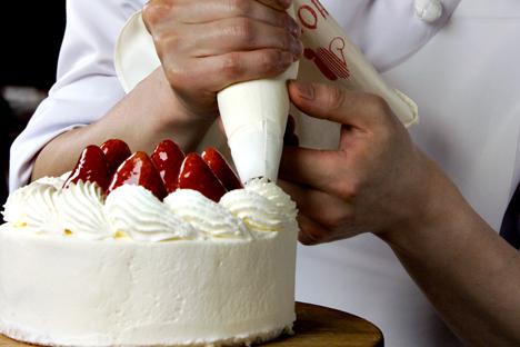 Asegúrate de comprar una buena cantidad de nata agria si quieres preparar smetannik. Fuente: Shutterstock / Legion Media