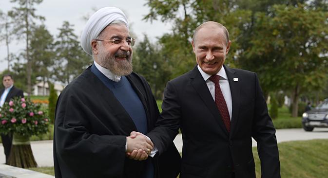 Hassan Rouhani (esq.) e Vladímir Pútin selaram acordo em novembro