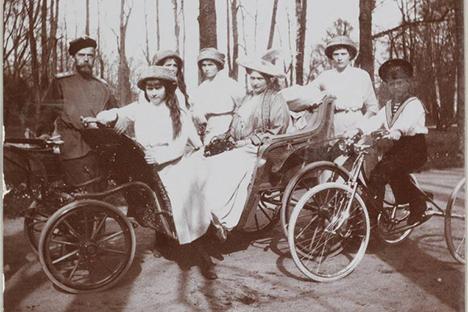 Retrato de familia de los Romanov en el parque. Fuente: servicio de prensa