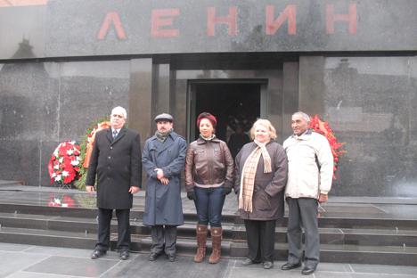 La delegación cubana ante el mausoleo del dirigente revolucionario Vladímir Lenin en la Plaza Roja. Fuente: Andréi Raskin