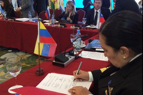 En primer plano Carmen Meléndez, ministra venezolana, en la firma de convenios del Mercosur. Al fondo, Alexander Konoválov, ministro de Justicia de la Federación Rusa. Fuente: Ministerio para las Relaciones Interiores, Justicia y Paz de Venezuela