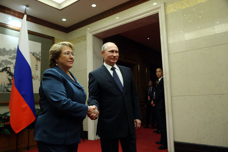 No domingo passado (9), os presidentes da Rússia, Vladímir Pútin, e do Chile, Michelle Bachelet, se reuniram em Pequim Foto: Konstantin Zavrájin/RG