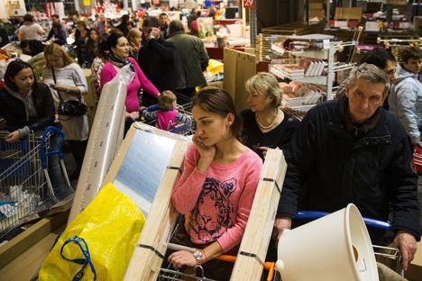 Russos lotaram lojas antes do aumento de preços previsto pelos proprietários Foto: AP