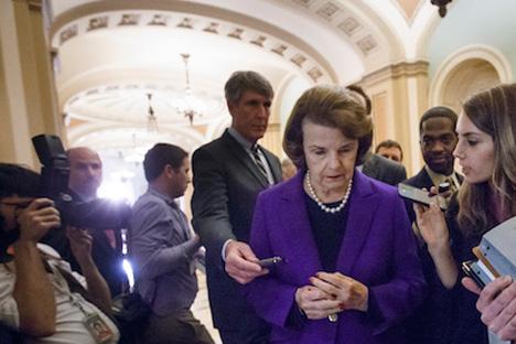 La senadora estadounidense Dianne Feinstein rodeada de periodistas tras dar a conocer el informe sobre torturas de la CIA. Fuente: AP