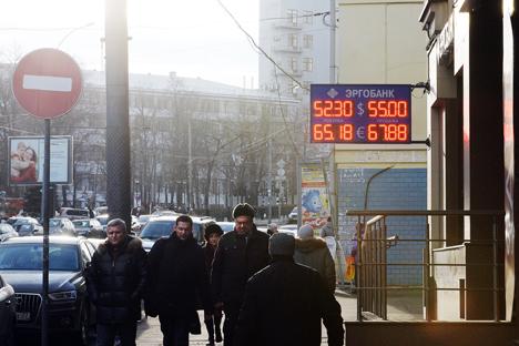 Apesar da desvalorização do rublo e do aumento de descontentamento, a população continua a manter suas poupanças em moeda nacional Foto: Serguêi Kuznetsov/RIA Nóvosti
