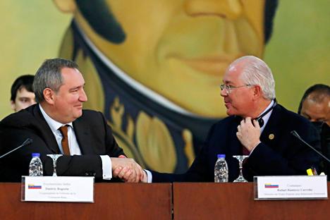 El vice primer ministro ruso, Dmitri Rogozin, con el ministro de Asuntos Exteriores de Venezuela, Rafael Ramírez. Fuente: Reuters