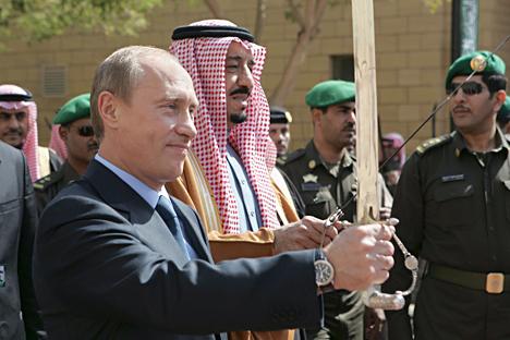 Vladímir Putin junto al entonces príncipe Salmán bin Abdul Aziz durante una visita al Centro Histórico Rey Abdul Aziz en Riyadh en febrero del 2007. Fuente: Reuters