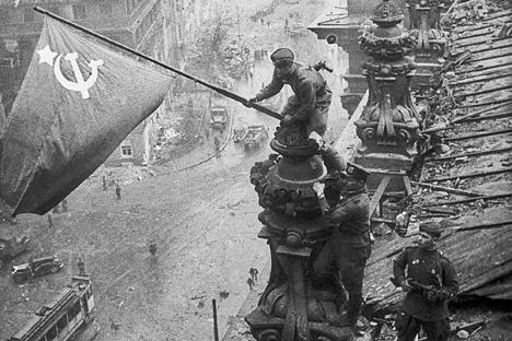 Bandeira simboliza a vitória da União Soviética sobre a Alemanha nazista Foto: TASS / Evguêni Khaldei