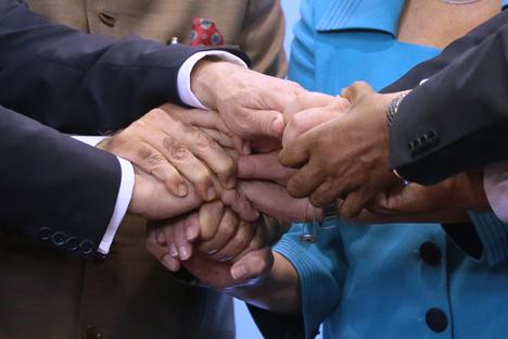 Aperto de mão entre líderes do Brics durante cúpula no Brasil, em julho de 2014 Foto: TASS
