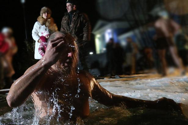 Los rusos celebran el Bautismo o la Epifanía del señor con un tradicional baño en aguas heladas