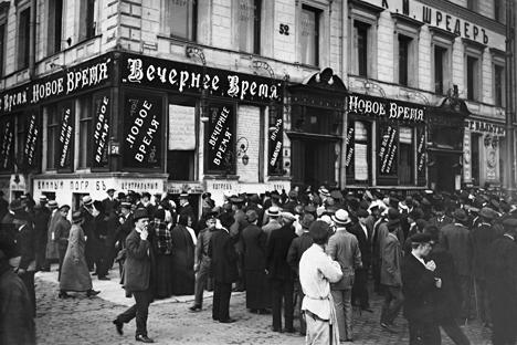 Un grupo de personas en frente de la editorial de un periódico lee noticias sobre la guerra, 1915. Fuente: Ullstein/Vostock-Photo