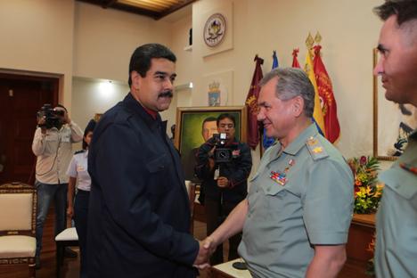 El presidente venezolano Nicolás Maduro y el ministro de defensa ruso Serguéi Shoigu en la sede del Ministerio de la Defensa de Venezuela. Fotos cortesía del Ministerio para la Información y la Comunicación. Fuente: servicio de prensa