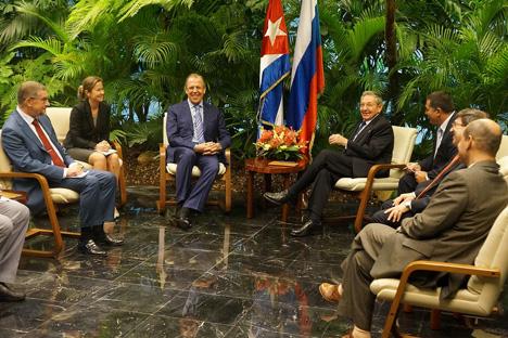 El ministro de Asuntos Exteriores rusos Serguéi Lavrov con el presidente cubano Raúl Castro. Fuente: Flickr / MFA