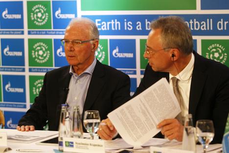 El alemán Franz Beckenbauer con Vyacheslav Krupenkov, director general de Gazprom Alemania SL, durante una rueda de prensa en Múnich. Fuente: servicio de prensa