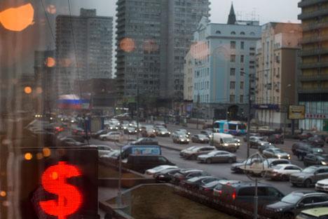 El desplome del rublo respecto al dólar ha estado vinculada a la caída de los precios del petróleo. Fuente: AP.