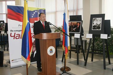 Juan Vicente Paredes Torreabla, embajador de la República Bolivariana de Venezuela ante la Federación de Rusia, en la apertura de la exposición. Fuente: Servicio de prensa de la Embajada de Venezuela en Rusia